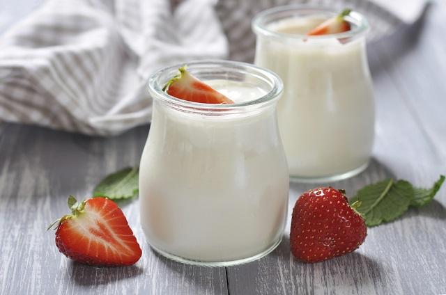 Sữa chua lợi khuẩnăn kèm với trái cây giúp đẹp da và giảm cân nhanh chóng